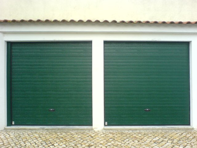 Portões seccionados automáticos para garagens em Montijo