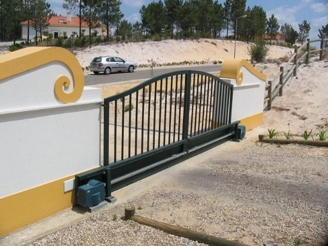 Portões de correr manuais e automáticos em Algés
