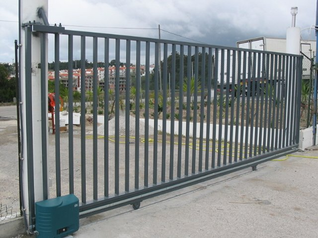 Reparação de portões seccionados, basculantes, de batente e de correr em Rio de Mouro